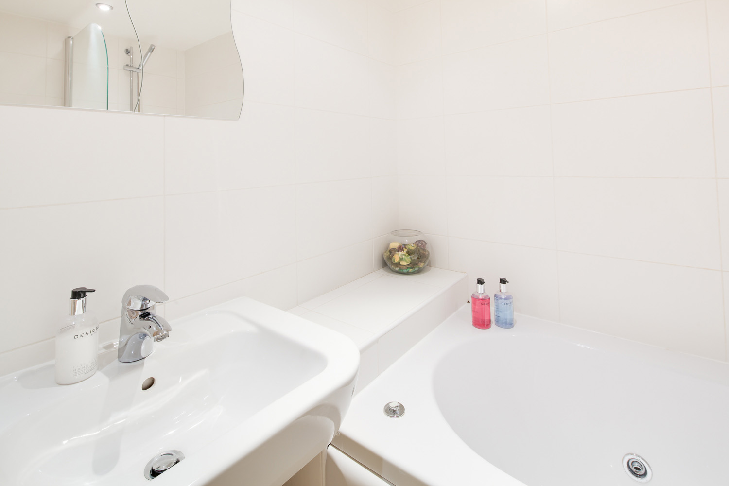 2 bed serviced apartment Leicester bathroom