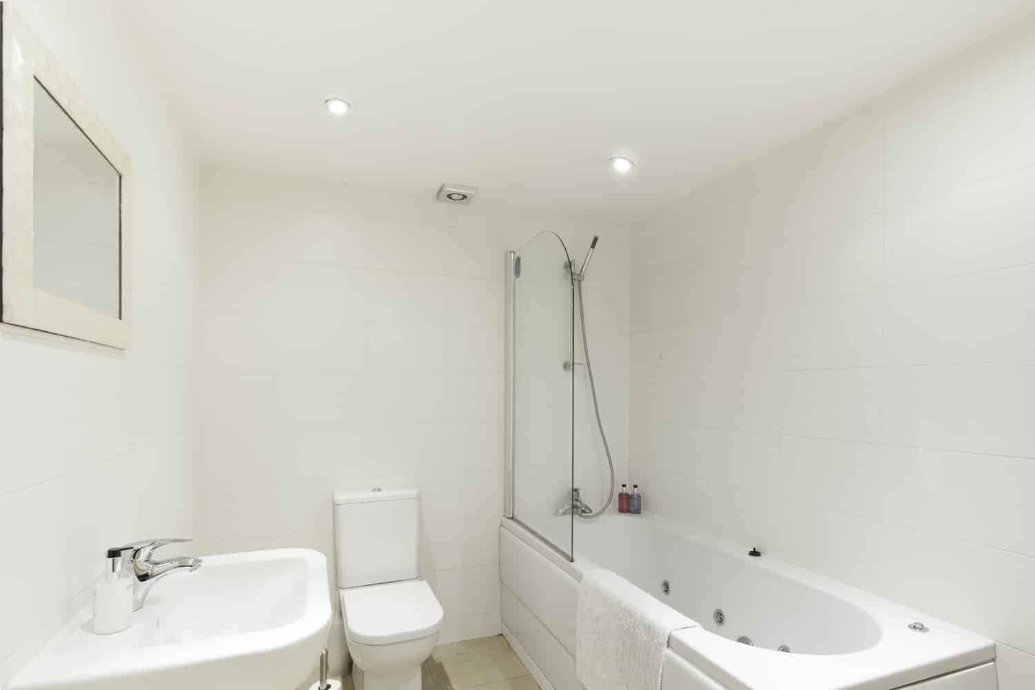 Large twin 2 bed serviced apartment Leicester - Bathroom