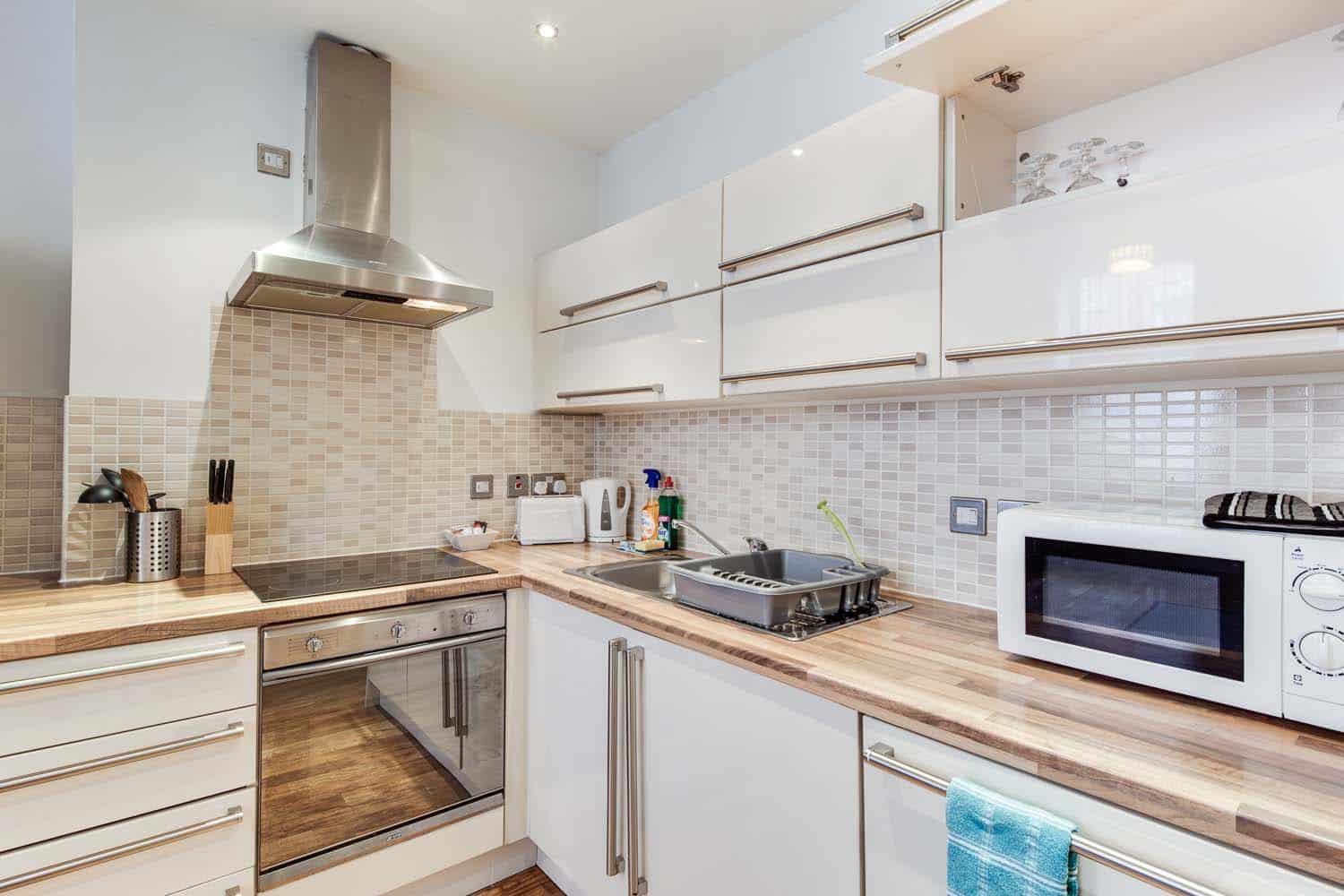 Twin 2 bed serviced apartment Leicester kitchen
